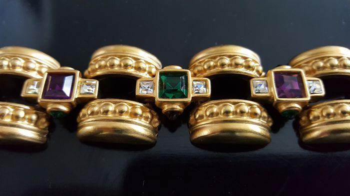 """Vintage vergulde Givenchy haute couture armband  Absoluut gorgeous dit vintage vergulde armband """"Givenchy"""".Deze elegante armband van heldere goud-tone hebben een paarse vierkant-cut rhinestone in het midden van twee vierkantje knippen duidelijk Strass en geaccentueerd door Smaragd-groene cabochons op de zijkanten. Collector itemsDit meesterwerk is ingesteld met gestimuleerd amethist en emerald kwaliteit stenen.Meet ongeveer 195 cm lang 2 cm breed.In uitstekende vintage staat.Let op: Deze…"""