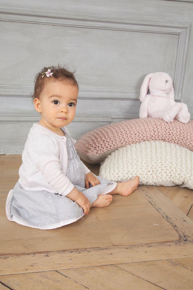 Robe pour petite fille Absorba, grise à pois blancs, ornée de cristaux Swarovski et joli cardigan rose pastel Coussins tricot blanc crème et parme, doudou nounours #mode #bebe #fille #naissance #mixte #hiver #ete