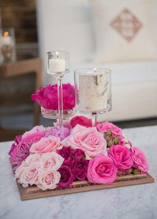 Centro de mesa con flores en los rosas.