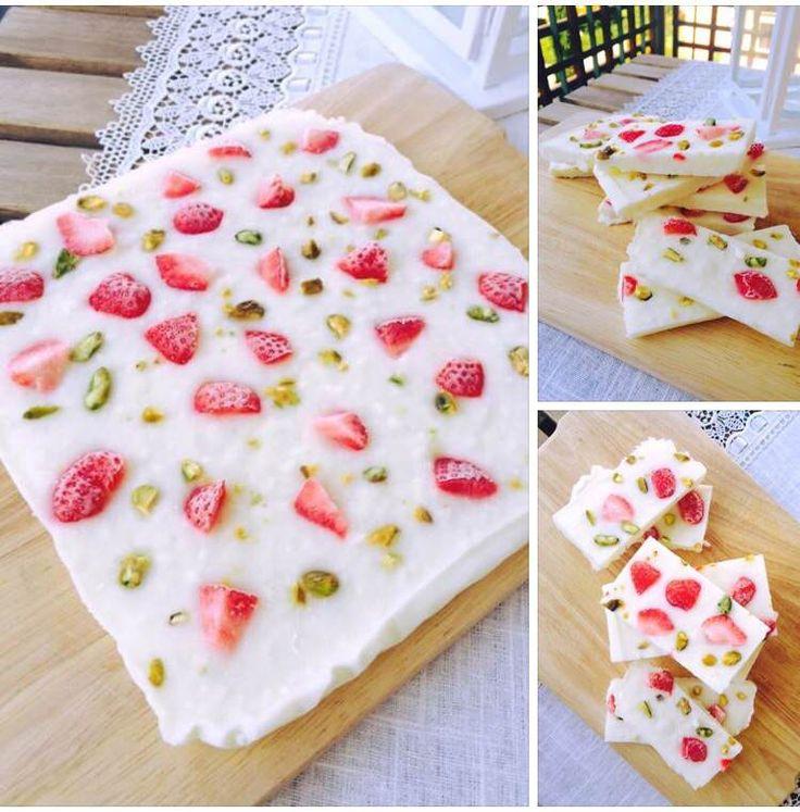 Si tratta di barrette fatte di yogurt greco, frutta fresca e secca a piacere! Uno snack estivo e fresco e …