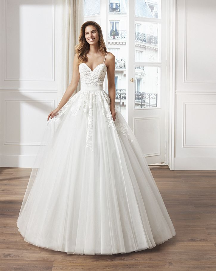 vestido de novia estilo princesa en tul. escote corazón, tirantes de