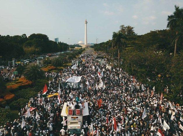 Orator Aksi 287: Rezim Jokowi Takut Umat Islam Solid  Republik.in Ratusan ribu massa Aksi 287 memenuhi area Patung Kuda Jakarta Pusat Jumat (28/7/2017) siang. Mereka rela berpanas-panasan dibawah terik matahari untuk menyampaikan aspirasi atas kebijakan rezim Jokowi yang dinilai mulai represif terhadap ormas Islam. Aksi ini digelar sebagai bentuk protes terhadap diterbitkannya Perppu Ormas. Mereka mengkhawatirkan rezim Jokowi yang represif dengan lahirnya Perppu tersebut. Pantauan…