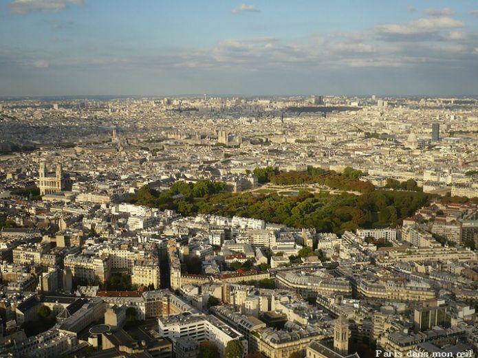 Une vue de Paris depuis la Tour Montparnasse. Repérez l'église Saint-Sulpice, Notre-Dame, l'Hôtel de Ville, le Panthéon, la Tour Saint-Jacques, le Centre Pompidou ou encore le jardin du Luxembourg et le cimetière du Père Lachaise.