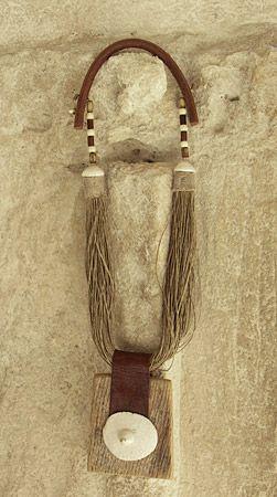COLLIER ETHNIQUE AMALTHEE - Grand pendentif en bois recyclé, porcelaine, cuir…