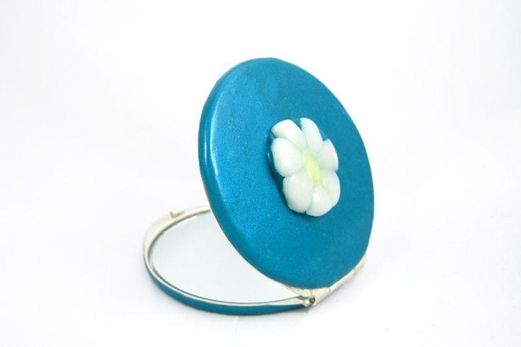 Espejo de bolso Margarita azul metalizado. Tiene un espejo normal y uno de aumento. Hecho a mano. Artesanía creativa con arcilla polimérica. Diseños únicos.#complemento #espejoconhistoria #regaloperfecto
