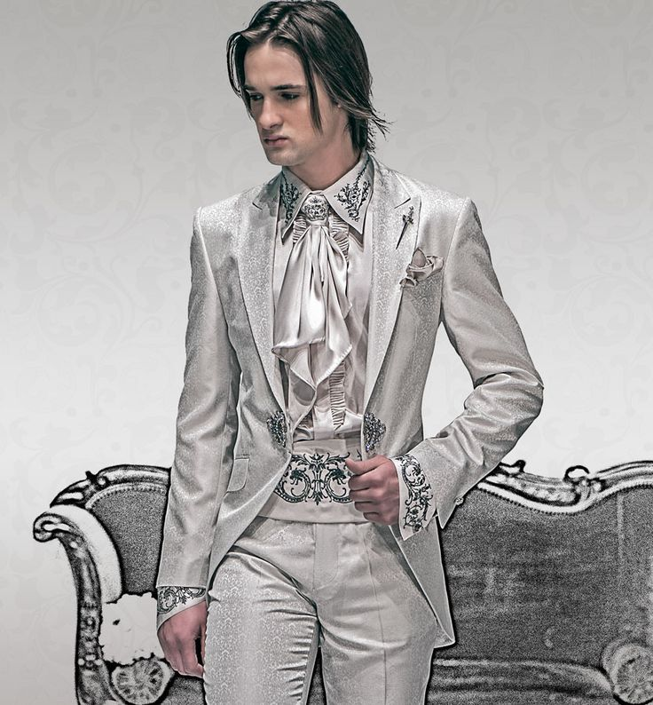 Bräutigam Anzug, Redingote, perlgrau, aus Jacquard-Seide, koordiniert mit Hemd, Kummerbund, Foulard und Einstecktuch, perlgrau, aus Taft mit Stickerei, Nadel mit Edelkristall und weiße Schuhe.