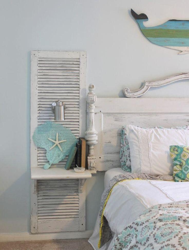 chambre à coucher d'esprit bohème et marin avec des volets de fenêtre blanchis, étoiles de mer et accents en bleu clair