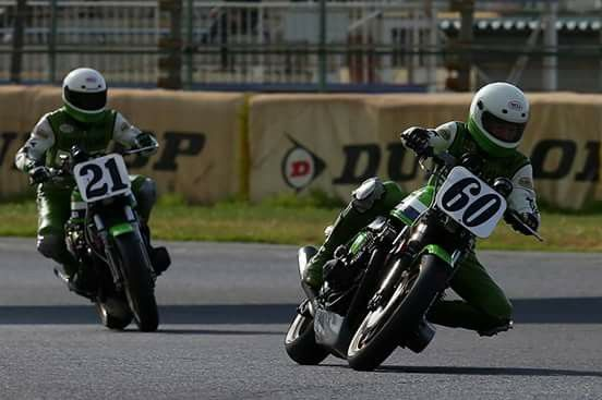 Imitando a Wayne Rainey #60 & Eddie Lawson #21, Kawasaki KZ 1000 de los 80. Observar los depósitos de recogida de líquidos.