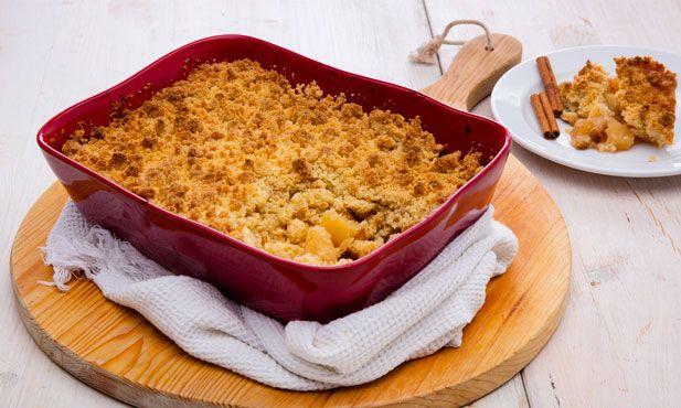 O crumble de maçã é uma sobremesa clássica muito fácil de preparar. A combinação da fruta caramelizada com o crocante amanteigado do crumble é um sucesso.