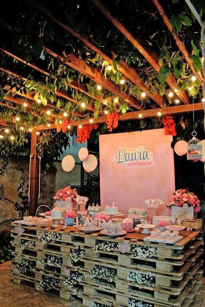 Mesa decorada da festa de flores e borboletas                                                                                                                                                                                 Mais