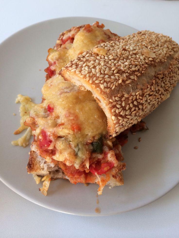 Pizzabrood - gehakt, courgette, ajuin, tomaat, look, pulp, gemalen kaas