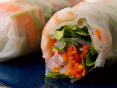 Receta de Rollos vietnamitas de atun | Rollitos de atún envueltos en hojas de arroz y lechuga con menta en una salsita picosa de soya                                                                                                                                                     Más