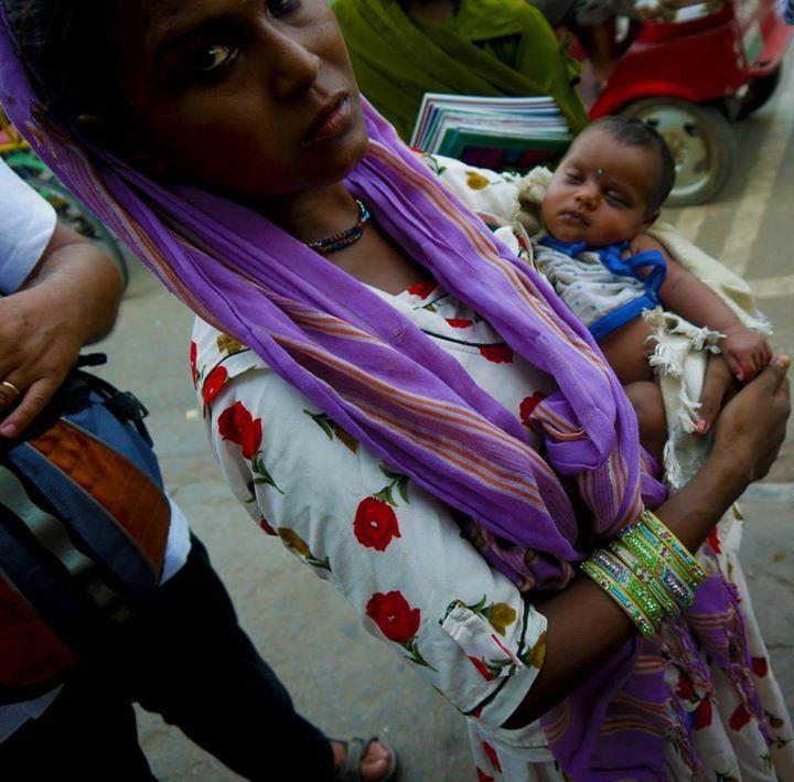 #India #mother #kid #purple #poverty #photography ©Giorgia Pezzoni
