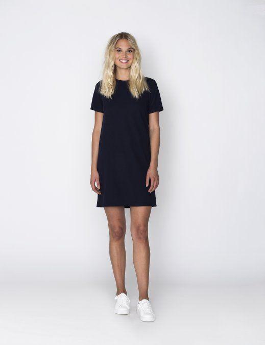 Dit donkerblauwe jurkje met korte mouwen is gemaakt van een stof met wafelkwaliteit. Aan de achterkant heeft het een kort goudkleurig ritsje.