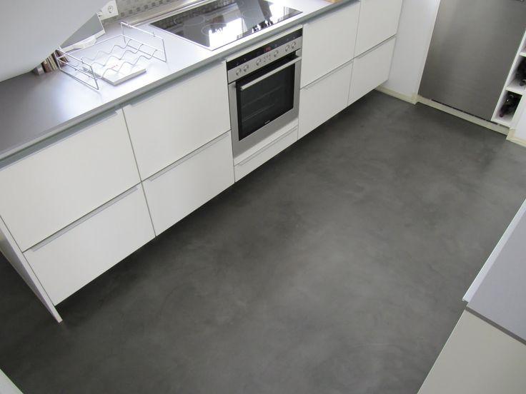 Dieser Boden wurde mit BetonCire dreilagig gestaltet, 80/100 geschliffen und mit PU-Siegel versiegelt. Der Küchenumbau erfolgte unter be...