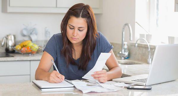 BabyCenter te aconseja formas de reducir gastos, incluyendo eliminar gastos innecesarios, pagar tarjetas de crédito, hacer vacaciones baratas y formar cooperativas.