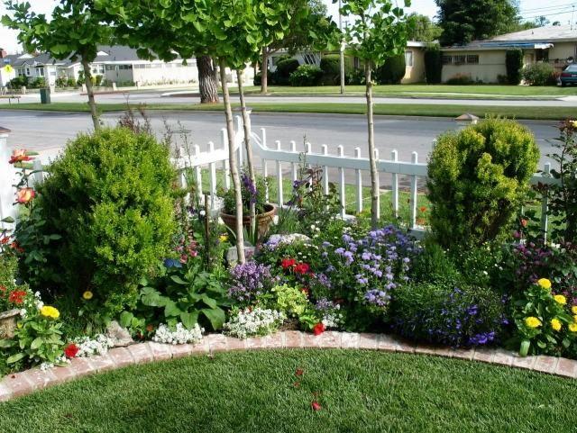 Vorgarten Gestalten Ideen Wei Er Lattenzaun Junge Baume Pflanzen