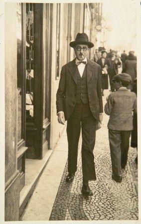 Fernando António Nogueira Pessoa, más conocido como Fernando Pessoa fue un poeta y escritor portugués, considerado uno de los más brillantes e importantes de la literatura mundial y, en particular, de la lengua portuguesa.
