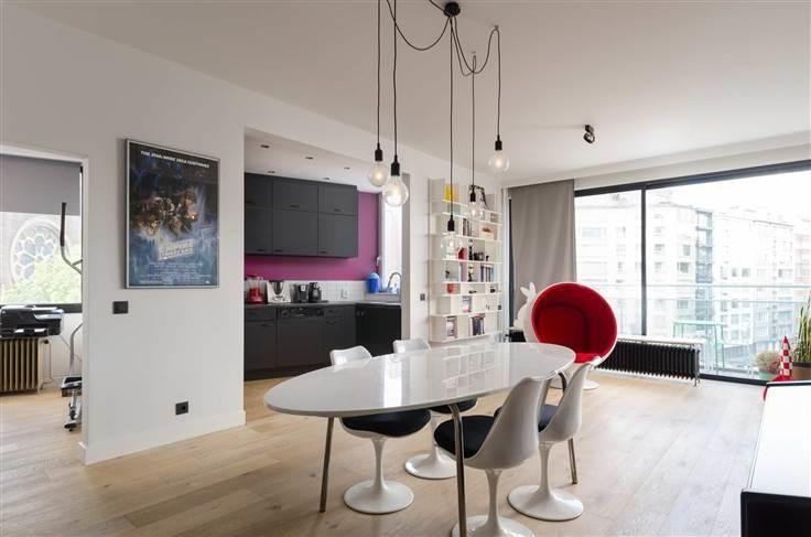- te koop - Appartement - 3 slaapkamers  -120 m2 - bewoonbare oppervlakte - Dit smaakvol gerenoveerde appartement bevindt zich op de 4de verdieping en is bereikbaar via de lift of trap. Dankzij de grote raampartijen geniet het  - lift - dubbel glas - verdieping: 4 2 bad(en) -   1 binnen parkings -  2 toilet(ten) -   - oppervlakte bureau: 14 m2 - oppervlakte living: 40 m2 - oppervlakte terras: 15 m2