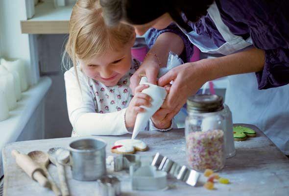 Παραδοσιακά, τοroyal icingφτιάχνεται με ασπράδια αυγών και καλής ποιότητας ζάχαρη άχνη, αν και σε πολλές συνταγές, βλέπουμε πως στη θέση των αυγών χρησιμοποιείται meringue powder, δηλαδή σκόνη μαρέγκας (που μπορείτε να προμηθευτείτε από τοδιαδίκτυο αλλά