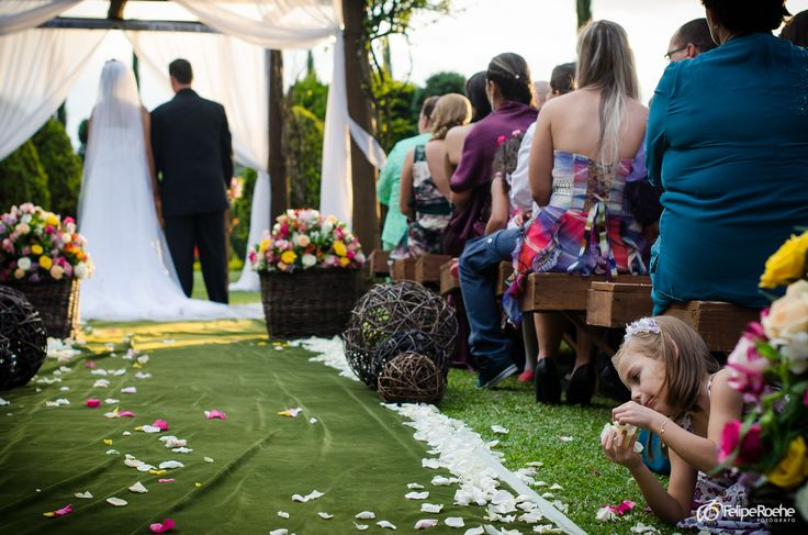 Crianças brincam no casamento ao ar livre