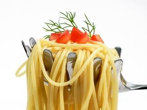 """¿Qué ventajas tiene para la salud comer la pasta """"al dente""""? Como los Italianos al consumen, sin engordas. La pasta cocinada """"al dente"""", es decir, no demasiado blanda --, tiene menor índice glucémico que si está excesivamente cocida. Esto implica que con la pasta """"al dente"""" los hidratos de carbono se liberan de forma progresiva a la sangre, por lo que las personas que realizan actividad física, como los deportistas, pueden rendir durante más tiempo si la consumen cocinada de este modo."""