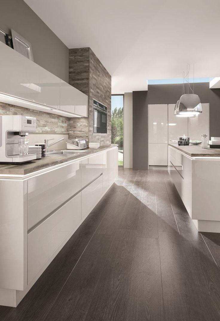 La elegancia de una cocina blanca combinada con un revestimiento de pared #modernkitchens