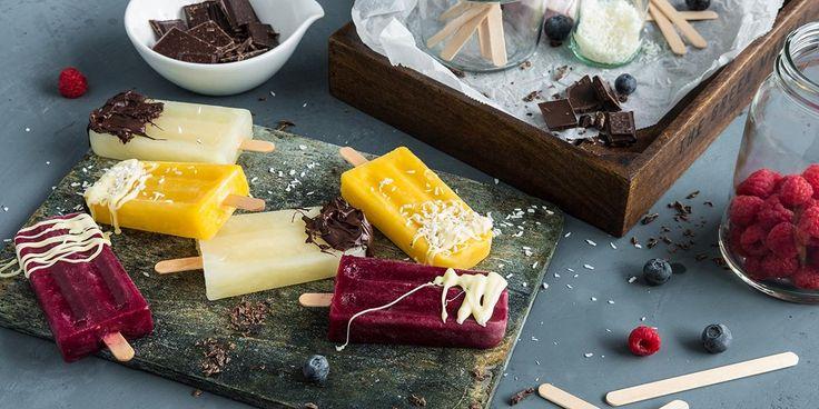 Hjemmelaget saftis er den perfekte sommersmaken. Oppskrift på 3 deilige hjemmelagede saftis med frukt, bær og sjokolade.