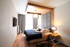 Tapeta v ložnici měla vypadat jako přírodní materiál a mít strukturovaný povrch…
