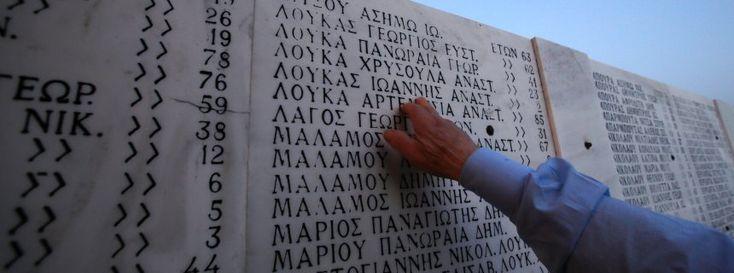 Gedenktafel für das Massaker von Distomo: Appell zur Anerkennung der Verbrechen http://www.spiegel.de/politik/deutschland/griechenland-schwan-fordert-entschaedigung-fuer-ns-verbrechen-a-1023956.html -  NS-Verbrechen: Deutsche Politiker wollen Griechenland entschädigen http://www.spiegel.de/politik/deutschland/reparationen-politiker-wollen-griechenland-entschaedigen-a-1023797.html