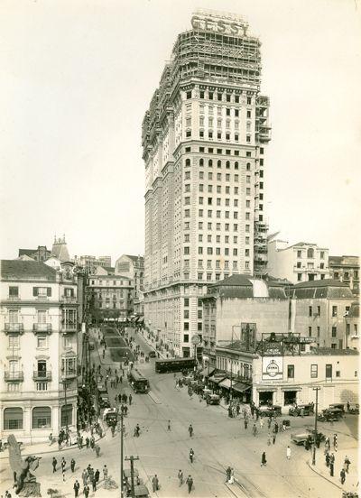 Edifício Martinelli em fase  construção, aproximadamente em 1928.  Vemos ainda a avenida São João, em direção a Praça Antonio Prado, e o Palacete João Brícola, que daria lugar ao edifício Altino Arantes.  Imagem de Aurélio Becherini, acervo da Casa da Imagem.