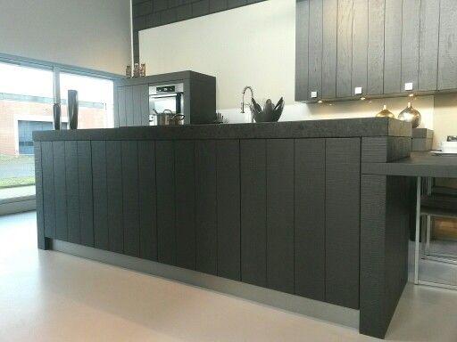 Donkere Houten Keuken : Een donkere houten keuken past misschien wel in onze plannen.