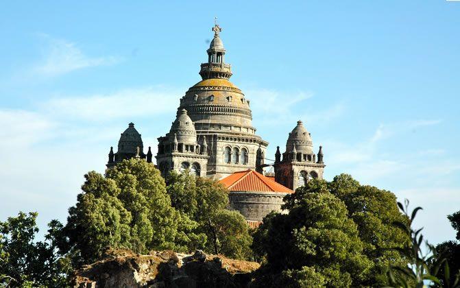 Visitar a Basílica de Santa Luzia Situada no alto do monte de Santa Luzia, em Viana do Castelo, a basílica foi construída no início do século XX.