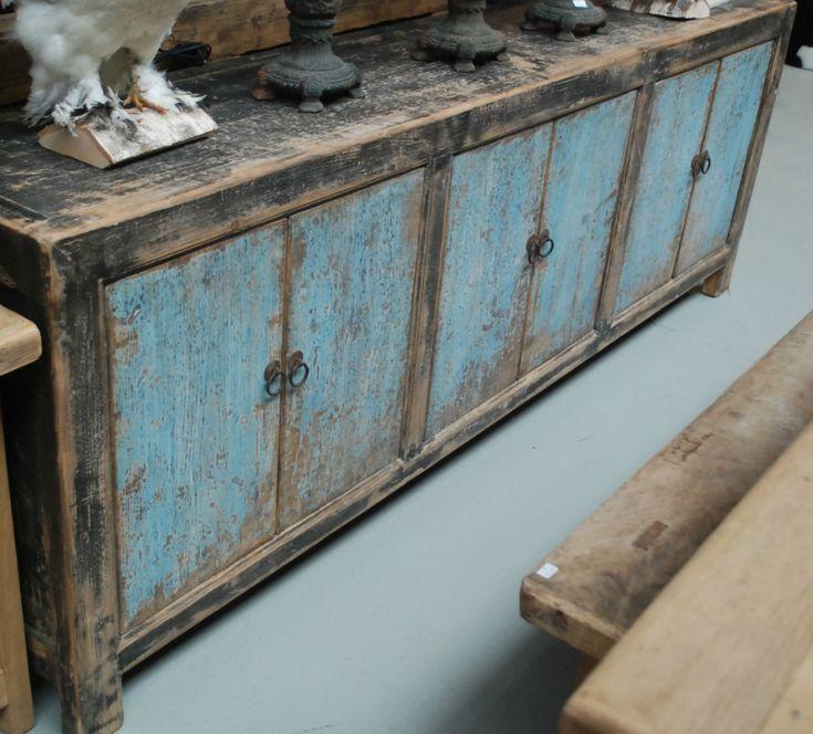 Groot dressoir met oude laklaag. Zeer fraai meubelstuk met zeer veel opbergruimte,landelijk wonen, houten meubelen