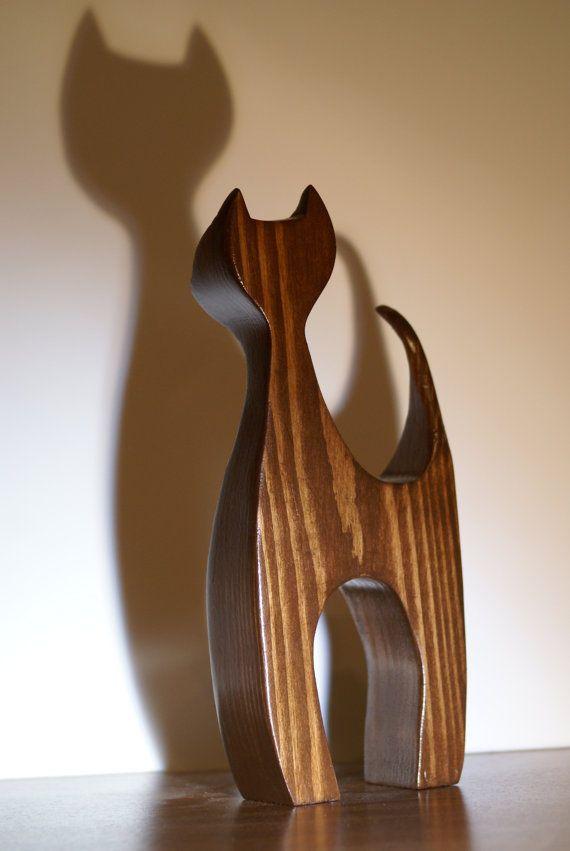Inspirado por mediados de siglo arte escandinavo de la madera, se trata de un diseño original que mezcla el estilo moderno y rústico.  Cada gato es a mano en nuestro taller casero de un bloque de pino y dado un tinte de nogal que pone de manifiesto las características únicas en cada pieza de madera. Varias capas de barniz son aplicados a mano para proteger la pieza y darle un brillo cálido.  Cada pieza mide aproximadamente:  8.5 H x 3  W x 1.5 D  ** Como con cualquier producto de madera…