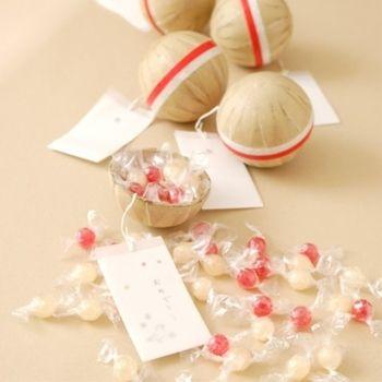「紅白花火玉お菓子 紅白飴」 花火玉の中にいちごとりんご味の飴が入っています。 名刺サイズのカードを差し込むこともできます。 こだわり派の人にプレゼントしたいです。