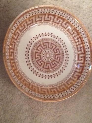 Mooie rijstschaal van maastrichts aardewerk apart decor boerenbont kleine chip aan de rand valt niet op. Doorsnede 25 cm.