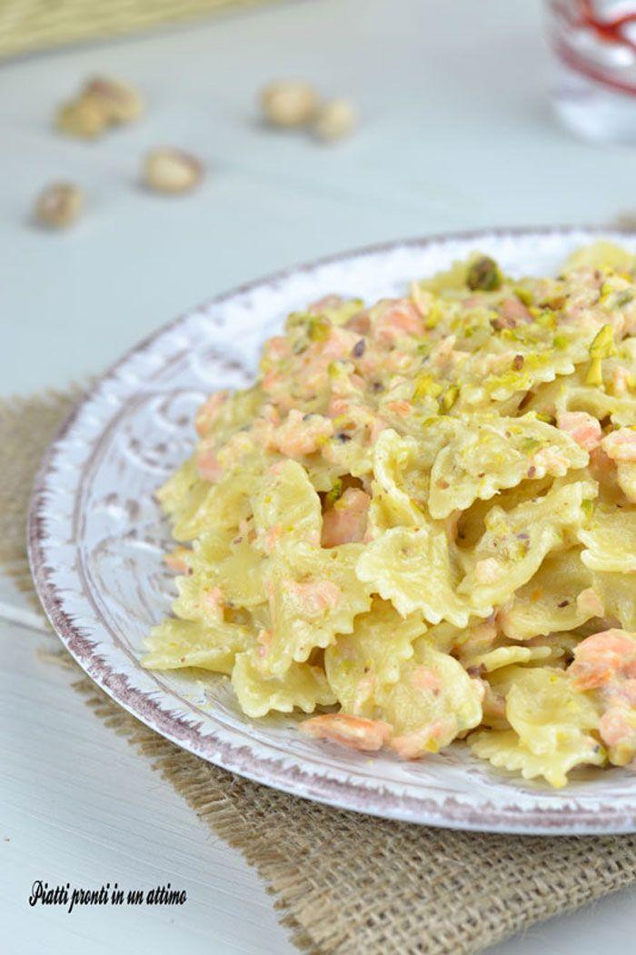 Le farfalle al salmone e pistacchi sono un primo dal gusto particolarmente delicato ed invitante; sono anche molto semplici da preparare.