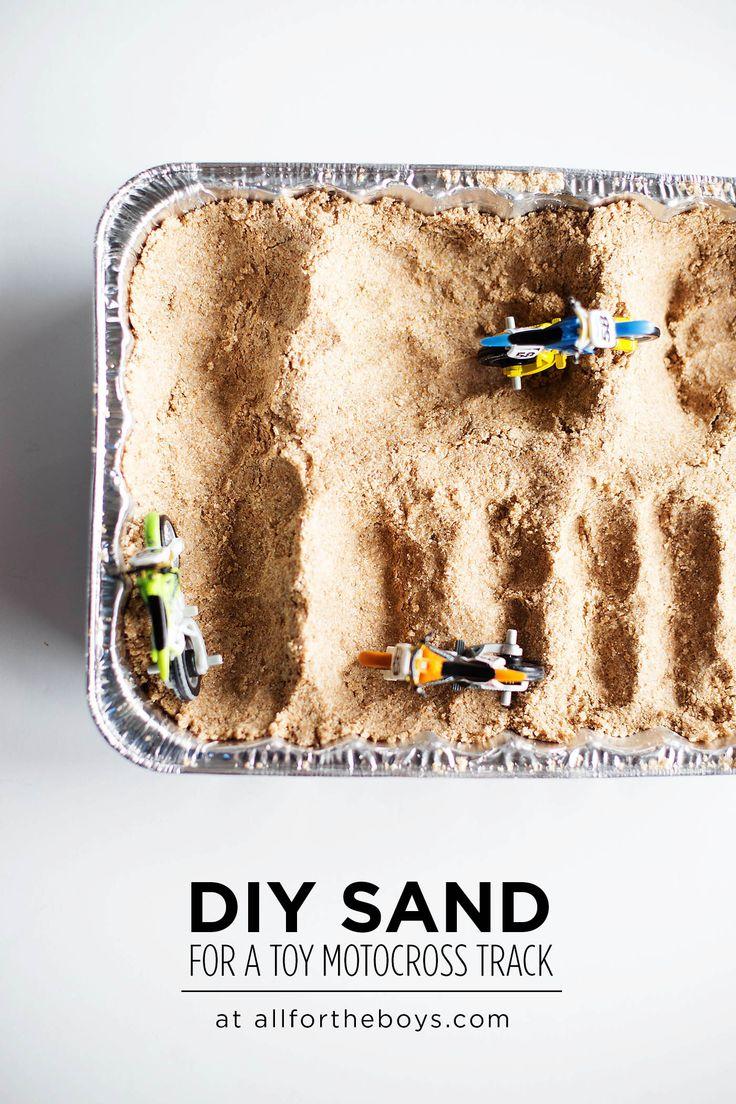Zo maak je een motorcross baan in het klein waar kinderen mee kunnen spelen: maak moon sand van volkeren bloem en olie, stop dit in een aluminium bak, maak een parcours met je handen en geeft er wat kleine motortjes bij. van: www.allfortheboys.com