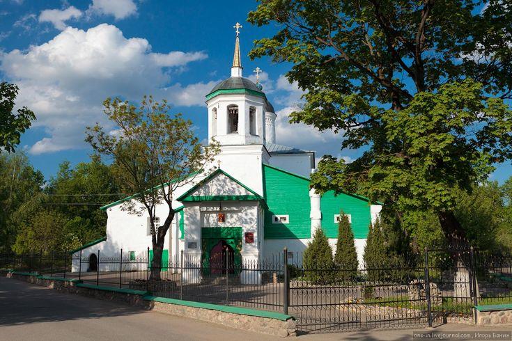 В 250 метрах к северу от Козьмодамианской церкви находится церковь Ильи Пророка-Мокрого. Она была построена намного позже больинства псковских церквей — в 1677 году, а колокольня была пристроена в XIX веке, поэтому её архитектурный стиль существенно отличается от традиционного псковского стиля. © Игорь Ванин, 2012–2014