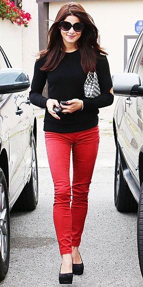 Red jeans + black top + black & white clutch.