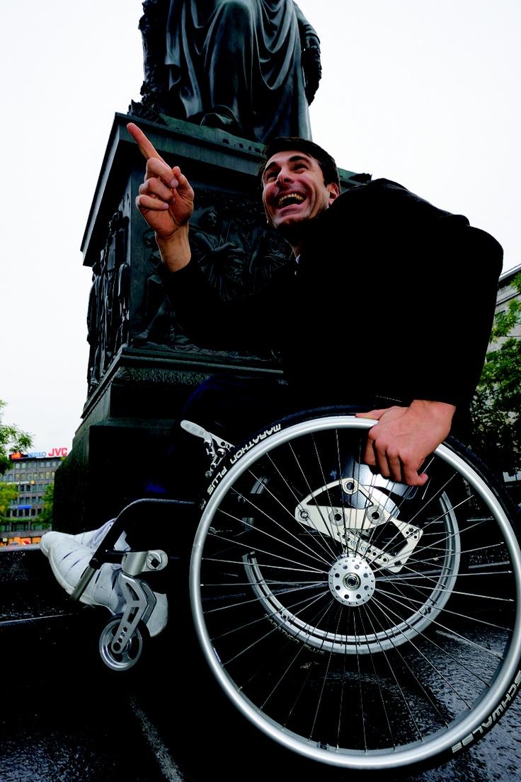 XR BY MEYRA ORTOPEDIA_Κομμάτι του εαυτού σου. Το XR είναι ένα πολύ ελαφρύ αναπηρικό αμαξίδιο που κατασκευάζεται από την αρχή, στα δικά σου μέτρα και σύμφωνα με τις δικές σου ανάγκες. Είναι τέλεια ζυγισμένο με άψογη συμπεριφορά.