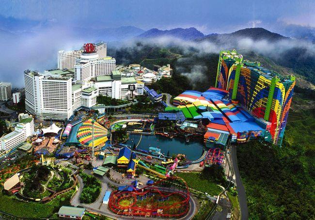First World Hotel, Malásia  Este hotel faz jus ao seu nome por contar com mais de 6.000 quartos, 500.000 m² de parques temáticos, centros comerciais, praças de alimentação e um mega casino