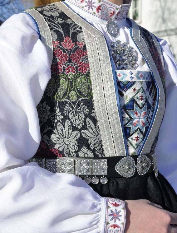 Rukkastakk med kalemankliv fra stoffstugu.no, sølv fra sylvsmidja.no. Foto og søm Vibeke Hjønnevåg. http://home.online.no/~vi-hjoen/