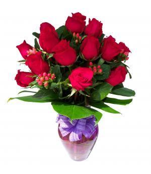 Arreglo de Rosas Eloise: Dos docenas de hermosas rosas rojas e hypéricum y follaje en florero decorado.  Medidas aprox.:  58 Cms. altura x 45 Cms. ancho.