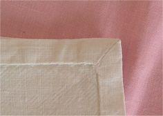 Ou comment faire un ourlet à angle droit, souvent utilisé pour le linge de maison : serviettes de table, nappes, taies d'oreiller,...