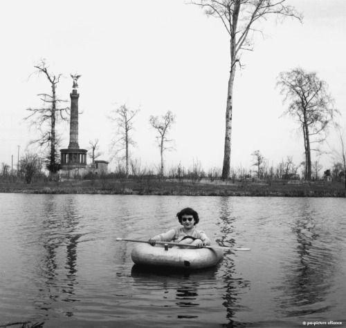 BERLIN 1950. Paddelvergnügen im Tiergarten, der durch die Abholzungen und Bewirtschaftung zum Überleben der Bevölkerung beigetragen hat und noch ganz kahl ist.
