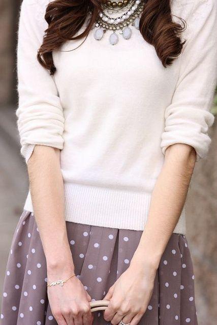 Ein hübscher Pastellpulli mit gepunkteten Faltenrock sind süß - die Wahl deines Schmucks edelt das Outfit auf! | Stylefeed