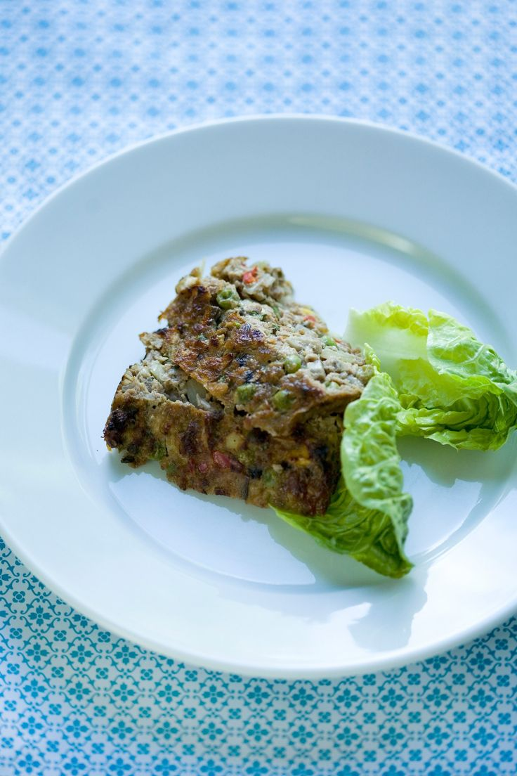 Sund og nærende aftensmad! Oksefarsbrød med grønsager, der kan serveres med kartoffelmos med rodfrugter, en enkel salat og tomatsauce.