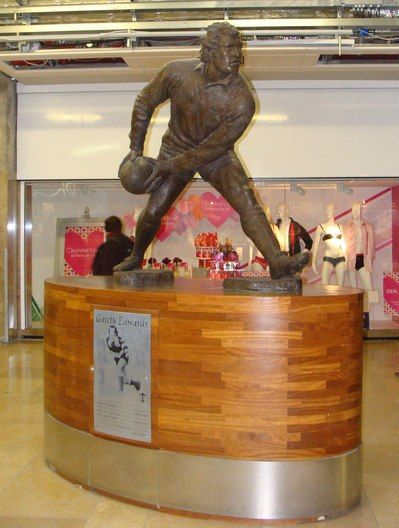 The sculpture of Gareth Edwards in St David's Centre